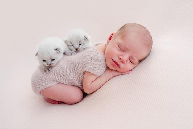 Śliczny nowonarodzony chłopiec śpi na brzuchu