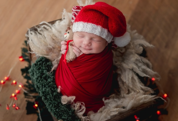Śliczny noworodek w czapce świętego mikołaja
