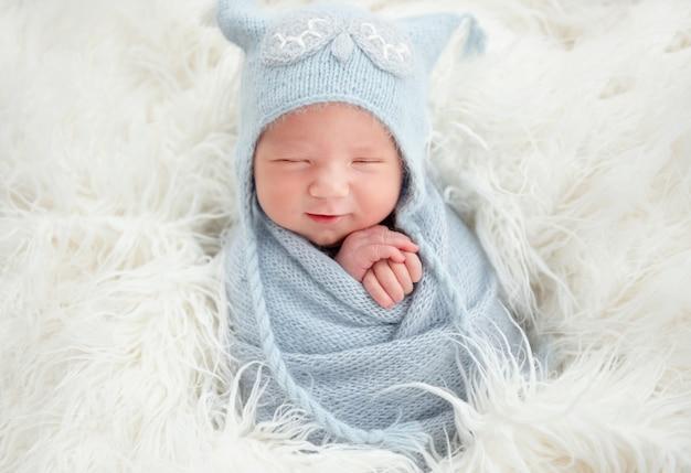 Śliczny noworodek w dzianinowym kolorze