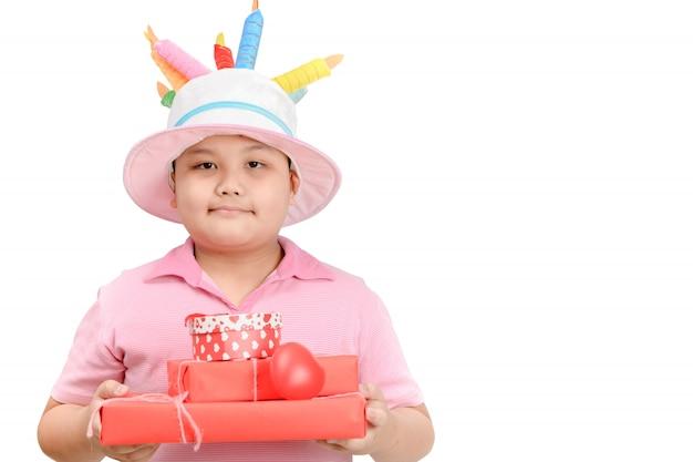 Śliczny otyły chłopiec mienia prezenta pudełko odizolowywający