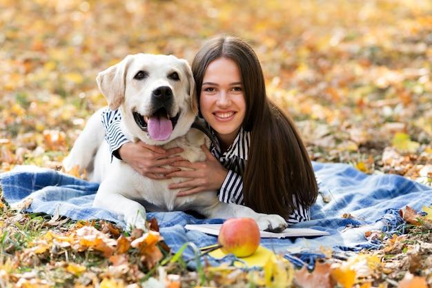Śliczny pies z młodą kobietą w parku