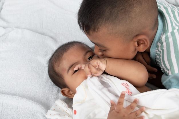 Śliczny pocałunek dwóch braci
