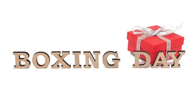 Śliczny prezent czerwone pudełko z napisem boxing day, na białym tle