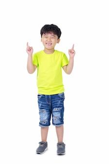 Śliczny przystojny azjatycki dzieciak z cute działania w studio, na białym tle