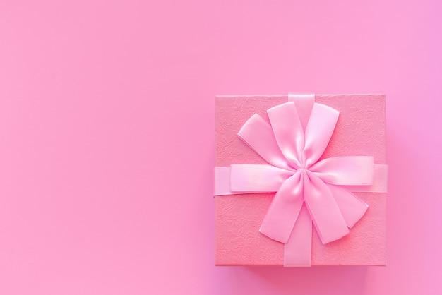 Śliczny różowy prezenta pudełko na różowym tle.