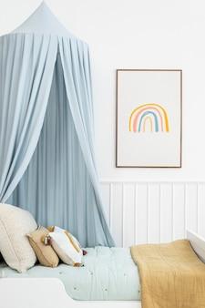 Śliczny skandynawski pokój dziecięcy z niebieskim baldachimem