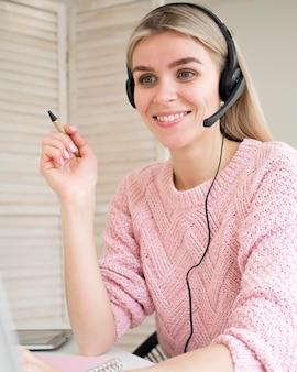 Śliczny smiley uczeń jest ubranym hełmofonu nauczania online pojęcie