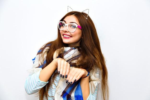 Śliczny styl życia portret młodej, ładnej brunetki z niesamowitymi długimi włosami, jasnym, świeżym makijażem, zabawą i szalonym gongiem, zimą, naśladowanym kotkiem, zabawnymi uszami.