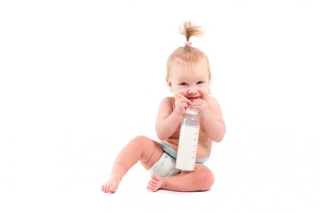 Śliczny szczęśliwy mały dziecko z dojną butelką