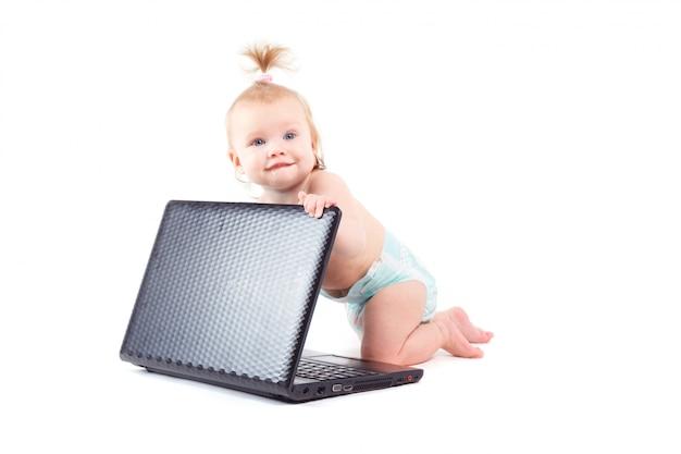 Śliczny szczęśliwy mały dziecko z laptopem
