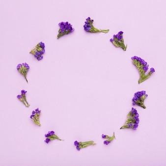 Śliczny układ kwiaty z kopii przestrzenią