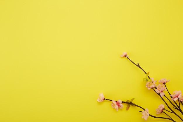 Śliwka kwiaty na żółtym tle