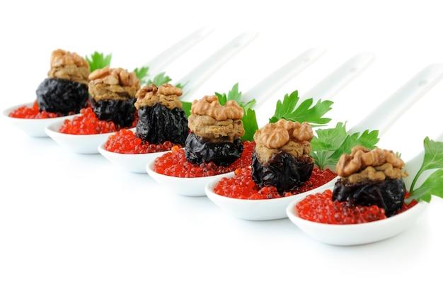 Śliwki faszerowane pasztetem z wątróbki z orzechami w czerwonym kawiorze