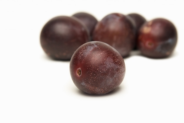 Śliwki owocowe na bielu
