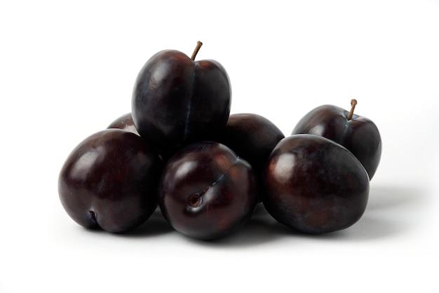 Śliwki wiśniowe na białym stole