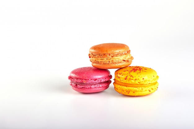 Słodcy i kolorowi francuscy macaroons lub macaron na bielu
