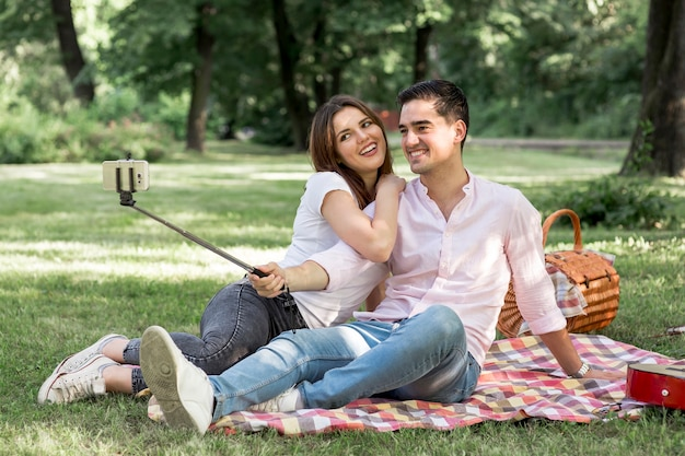 Słodcy kochankowie biorący selfie na pikniku