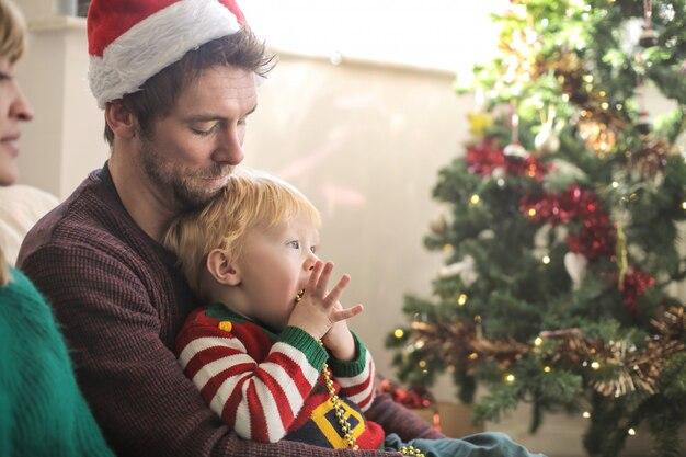 Słodcy rodzice spędzają świąteczny czas z synem