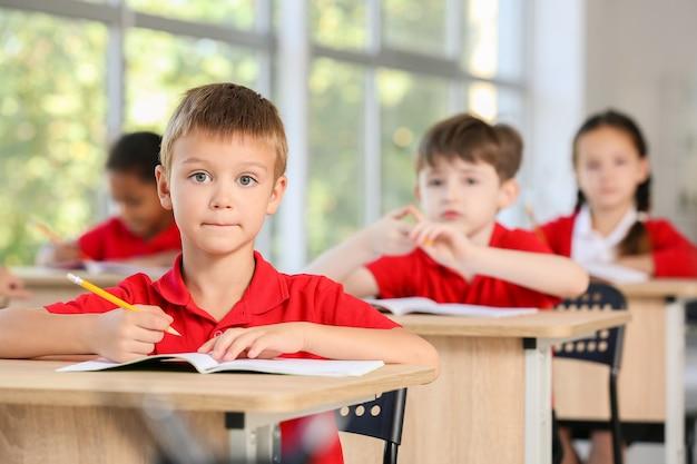 Słodcy uczniowie podczas lekcji w klasie