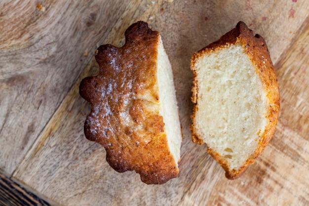 Słodka babeczka pszenna podzielona na kilka części