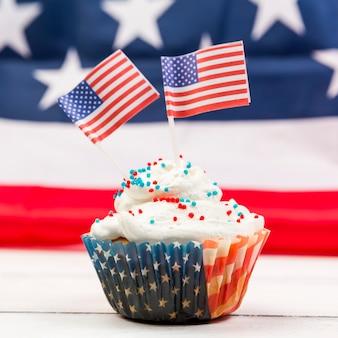Słodka babeczka z bitą śmietaną z amerykańskimi flagami