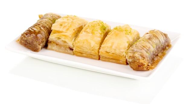 Słodka baklava na talerzu na białym tle