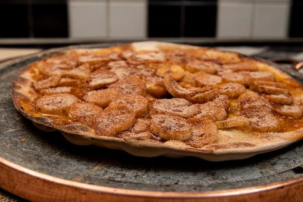 Słodka brazylijska pizza z bananem, cynamonem i cukrem, widok z góry