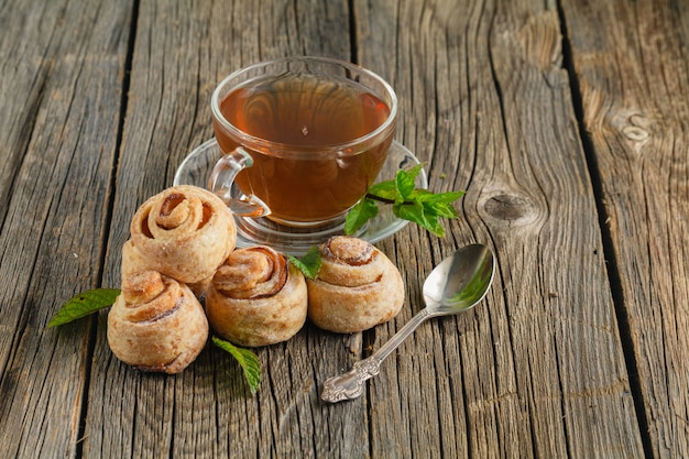 Słodka bułka z czekoladą i filiżanką herbaty