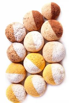 Słodka bułka z nadzieniem czekoladowym. pieczenie na białym tle - zdjęcie stockowe