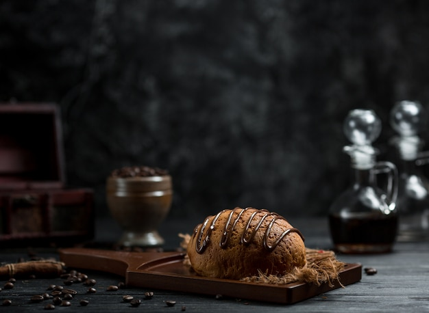 Słodka bułka z syropem czekoladowym