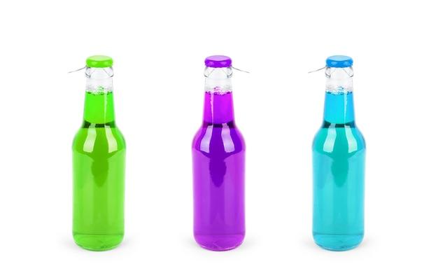 Słodka butelka napoju bezalkoholowego na białym tle zestaw