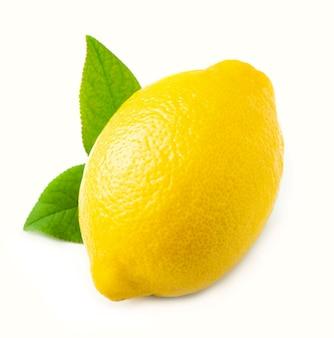 Słodka cytryna z liśćmi na białym tle.