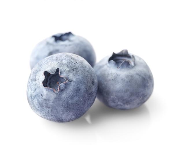 Słodka czarna jagoda odizolowywająca na bielu