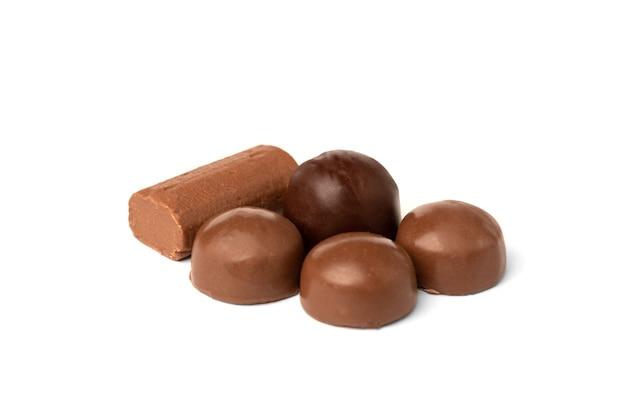 Słodka czekolada na białym tle