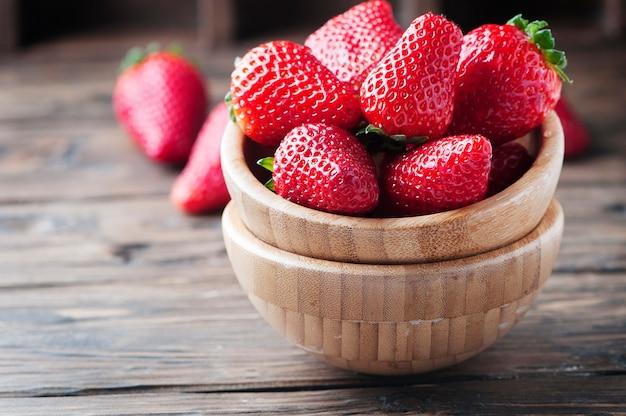 Słodka czerwona truskawka na drewnianym stole