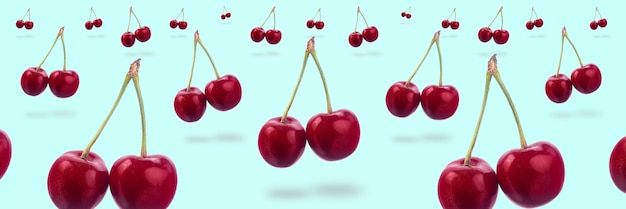 Słodka czerwona wiśnia lewitująca na lazurowym tle, panoramiczny obraz