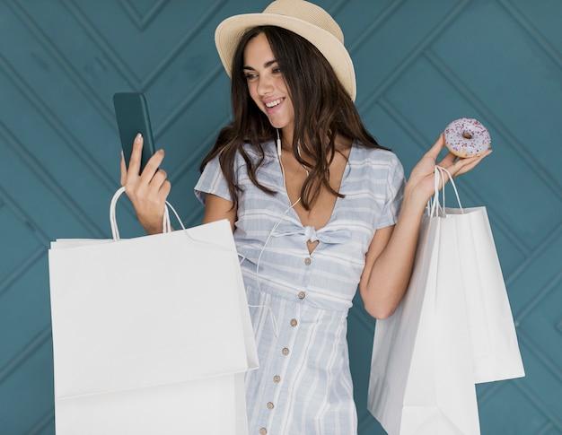Słodka dama w kapeluszu i sukience w paski