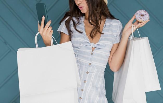 Słodka dama w pasiastej sukience przy selfie