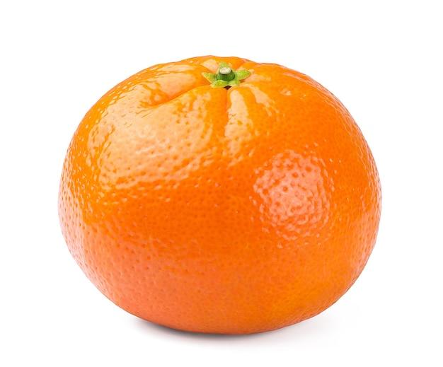Słodka dojrzała mandarynka na białym tle