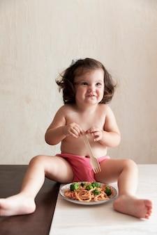 Słodka dziewczyna bawi się spaghetti