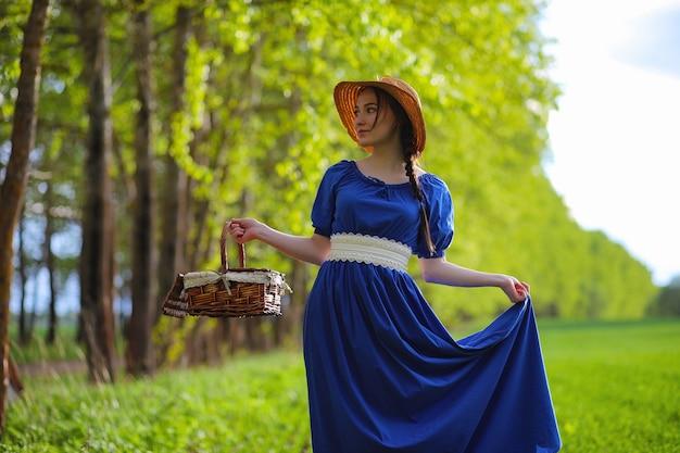 Słodka dziewczyna na wsi na spacerze w słoneczny wieczór