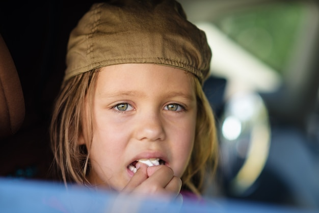 Słodka dziewczyna patrząca przez okno samochodu