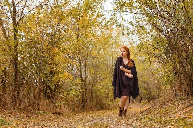 Słodka dziewczyna w jesiennym lesie, samotność i melancholia