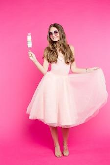 Słodka dziewczyna w sukience jak lalka z cukierkami pianki.