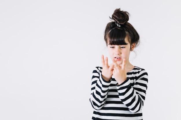 Słodka dziewczynka licząca do pięciu