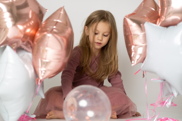 Słodka dziewczynka z balonów