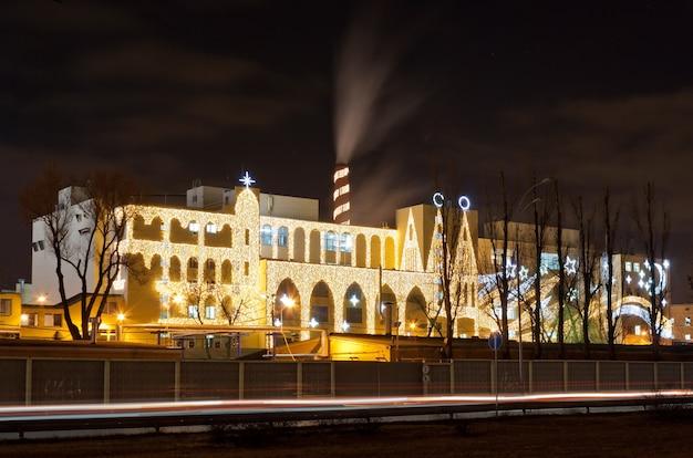 Słodka fabryka oświetlona na boże narodzenie