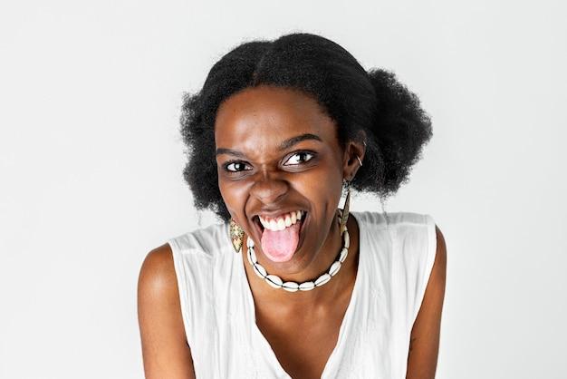 Słodka figlarna kobieta z ameryki afrykańskiej z wystawionym językiem
