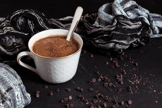 Słodka gorąca czekolada i chipsy z kakao