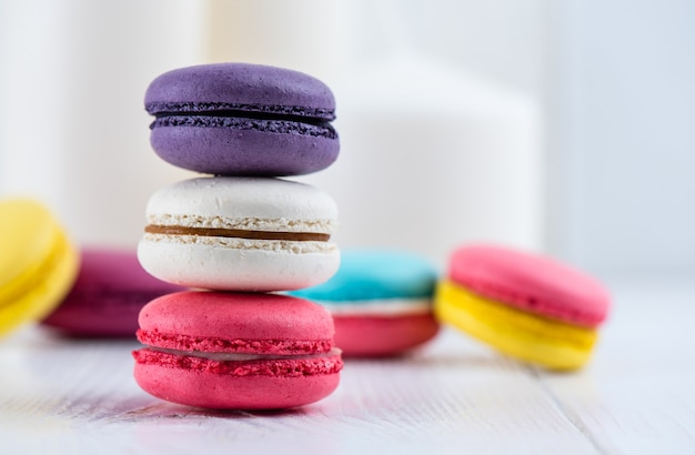 Słodka i kolorowa wieża ciasteczek makaronikowych